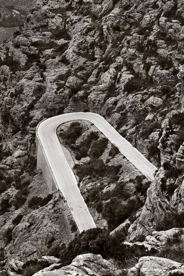 Konstfotografering av vägar i bergen tryckt på glas - av Jan Malström | Konst på väggen